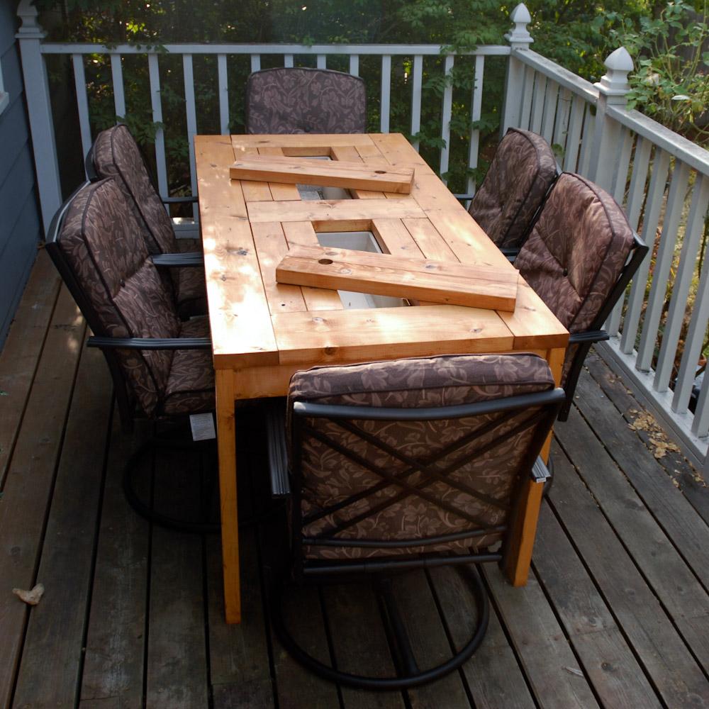 una mesa de madera con cubiteras integradas reformas novodeco