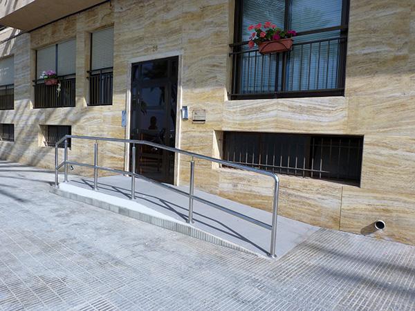 Adecuaci n de zonas de acceso para minusv lidos reformas - Normativa barandillas exteriores ...