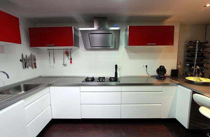 Cocina en rojo y blanco en gran alacant reformas for Cocinas semiabiertas