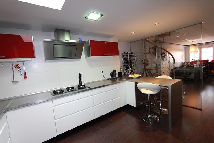 Cocina en rojo y blanco en Gran Alacant Reformas Novodeco