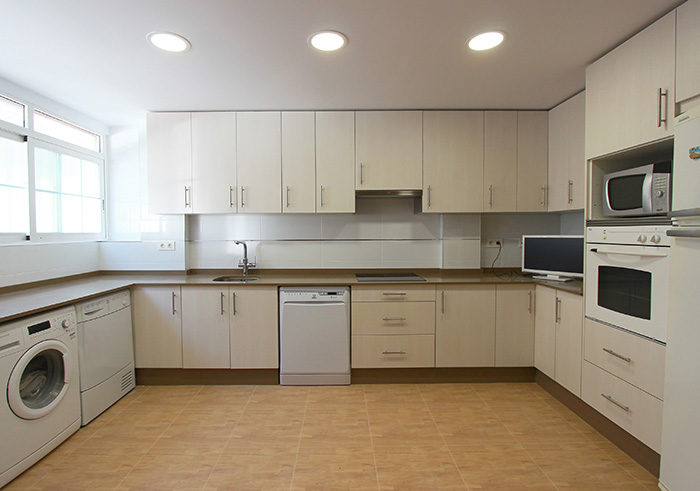 Ampliación de cocina en color crema | Reformas Novodeco | Reformas ...